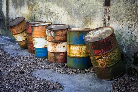 oxidado: barriles oxidados abandonados con sustancias químicas peligrosas en el interior