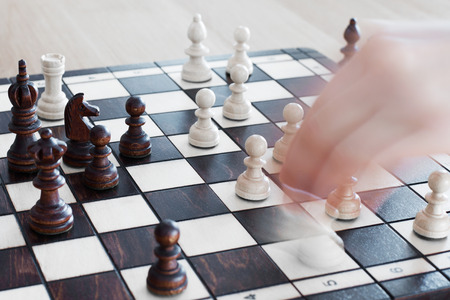 amateur: partido de aficionados del juego de ajedrez con figuras de madera Foto de archivo