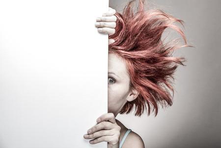 Mujer asustada con el pelo desordenado escondite