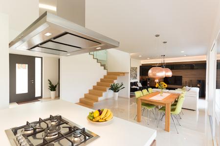 Echt huisbinnenland van eetkamer en woonkamer