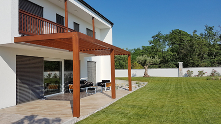 Pergola on passive house with large panoramic windows Stockfoto