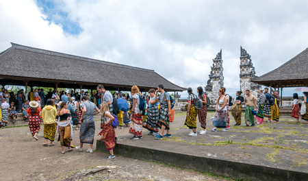 Lempuyang, Bali  Indonesia - August 16th 2018: Overcrowded balinese Lempuyang temple gates. Tourists are waiting in line for 2 hours to take a photo. 新聞圖片