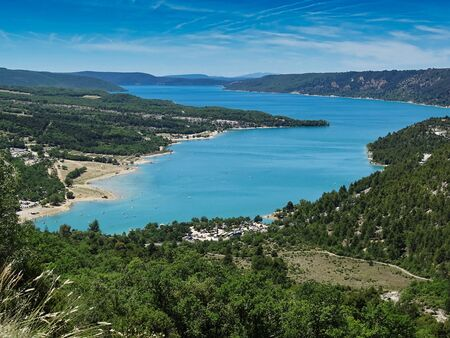 Yes, the Lac de Sainte Croix in the French Provence is really so blue. A recreational area and starting point in the nearby Alps. Imagens