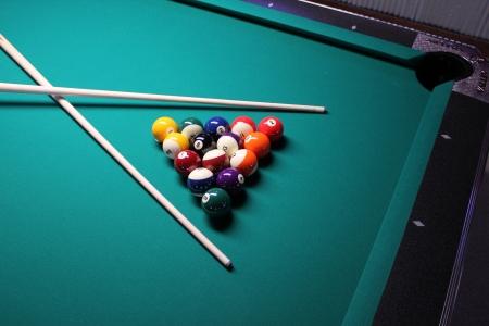 Einsatzzeichen: Pool Table - Crossed Cues Ein Spiel 8 Ball, zerbrach und bereit zu gehen