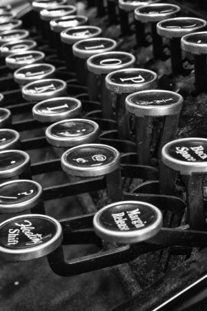 アンティークのタイプライターは旧式なタイプライターの伝統的な QWERTY キー VI を表示 写真素材