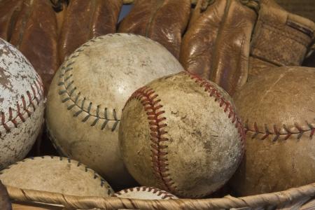 昔の野球と夢のアンティーク グローブ - アンティーク グローブの古い野球のバスケット - フィールド 写真素材