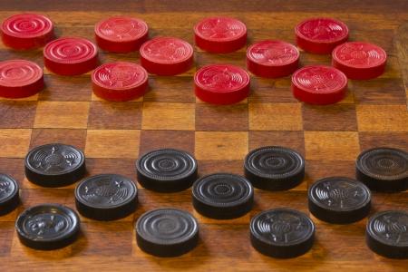 チェッカー - チェッカー、アンティークの木製ボード上の古典的なゲームの古典的なゲーム 写真素材