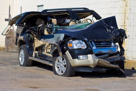 ebrio: INDIANAPOLIS - CIRCA 10 2015: asciende SUV Autom�vil Despu�s Drunk Driving Accidentes II