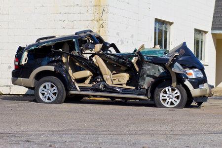 borracho: INDIANAPOLIS - CIRCA 10 2015: asciende SUV Autom�vil Despu�s Drunk Driving Accidentes I