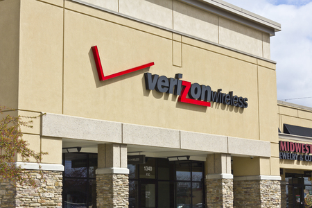 fcc: Indianapolis - Circa April 2016: Verizon Wireless Retail Location. Verizon is One of the Largest Communication Technology Companies II