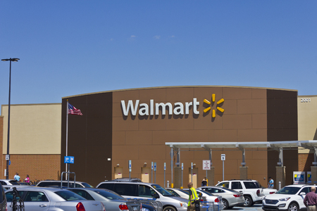 Indianapolis - Circa March 2016: Walmart Retail Location. Walmart is an American Multinational Retail Corporation V 報道画像