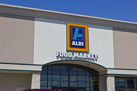 albrecht: Indianapolis - Circa May 2016: Aldi Discount Supermarket. Aldi is Simply Smarter Shopping IV