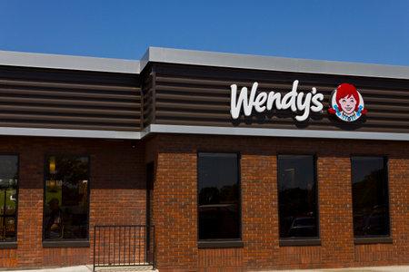 tiendas de comida: Indianapolis - Circa June 2016: Wendys Retail Location. Wendys is an International Fast Food Restaurant Chain VI
