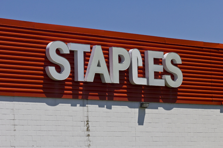 Indianapolis - Circa June 2016: Staples Inc. Retail Location. Staples is a Large Office Supply Company I 新聞圖片