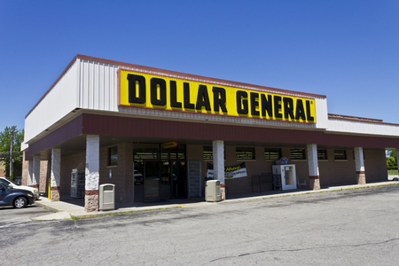 Indianapolis - Circa June 2016: Dollar General Retail Location. Dollar General is a Small-Box Discount Retailer V 報道画像