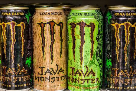Indianápolis - Alrededor de agosto de 2016: Monster Beverage Display. Monster Corporation fabrica bebidas energéticas, incluyendo la energía del monstruo II Editorial