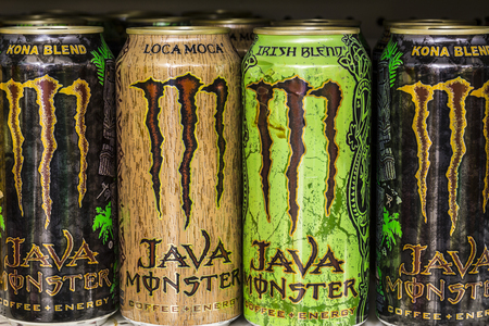 cola canette: Indianapolis - Circa August 2016: Monster Beverage Display. Monster Corporation manufactures energy drinks including Monster Energy II Éditoriale