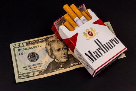 インディ アナポリス - 2016 年 8 月頃: マルボロたばこと喫煙の高コストを表す 20 のドル札。マールボロは、アルトリア グループ V の製品は、します