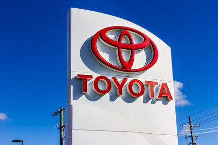 Indianapolis - około września 2016 r .: Logo i oznakowanie samochodów Toyota i SUV. Toyota to japoński producent samochodów z siedzibą w Toyota, Aichi, Japonia III Publikacyjne