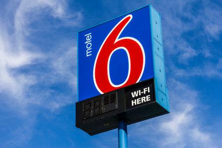 ココモ - 2016 年 10 月頃: モーテル 6 のロゴと看板。モーテル 6 は、予算モーテル II の主要なチェーン