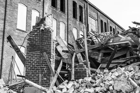 かつて自動車倉庫解体。古い錆ベルト工場新築 V 道を作る 写真素材