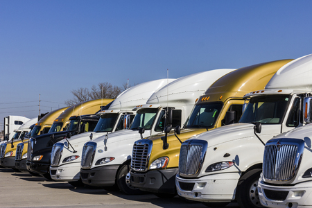 18 wheeler: Indianapolis - Circa November 2016: Colorful Semi Tractor Trailer Trucks Lined up for Sale II