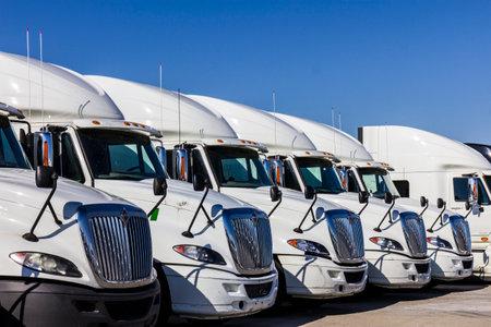 インディ アナポリス - 2016 年 11 月頃: Navistar インターナショナル半トラクター トレーラー トラック並んで販売のために私