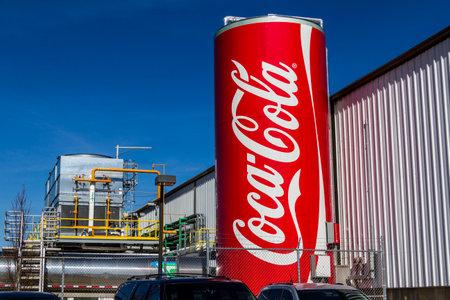 インディ アナポリス - 2017 年 2 月頃: コカ · コーラの巨大なことができますボトリング工場を飾る。コークスの製品は、最高の米国 XII でソフトド