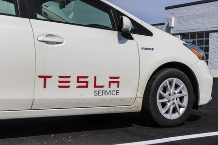 Indianapolis - Circa April 2017: Tesla Service Vehicle. Ironically, Tesla uses a Toyota Prius Hybrid Vehicle for a service car 報道画像