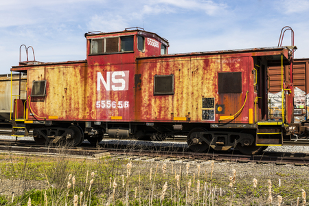 bagre: Fort Wayne - Circa April 2017: Norfolk Southern Railway Caboose Train. NS is a Class I railroad in the US and is listed as NSC IV Editorial