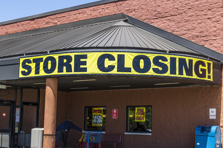 Indianapolis - Circa May 2017: Store Closing Sign on a a grocery market going out of busiiness II 新聞圖片