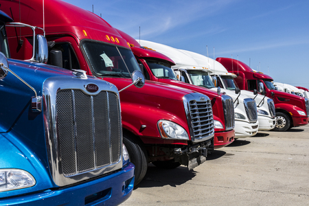 Indianapolis - Circa June 2017: Colorful Semi Tractor Trailer Trucks Lined up for Sale IX 免版税图像 - 79365525