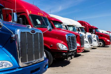 Indianapolis - Vers juin 2017: des camions de semi-remorques colorés alignés à la vente IX Banque d'images - 79365525