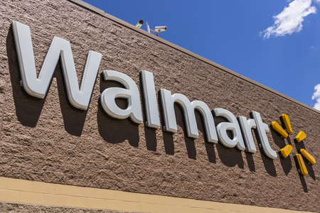 Indianapolis - Circa May 2017: Walmart Retail Location. Walmart is an American Multinational Retail Corporation XIII 報道画像