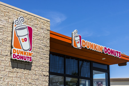 Indianapolis - Circa June 2017: Dunkin' Donuts Retail Location. Dunkin' is America's favorite every day, all-day stop for coffee and baked goods VI 報道画像