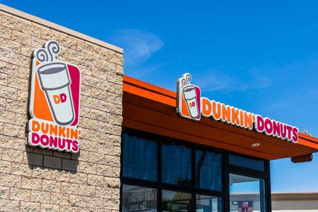 インディ アナポリス - 2017 年 6 月頃: ダンキン ドーナツ小売店の場所。アメリカのお気に入りの毎日、終日停止がコーヒーと焼き菓子六がダンキン