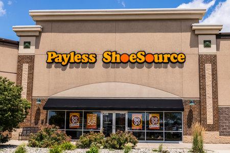 Kokomo - Circa juni 2017: Locatie Payless ShoeSource Retail Strip Mall. Payless ShoeSource verkoopt schoenen met korting en is privé gehouden door Blum Capital I