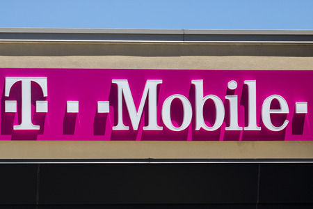 Indianapolis - Circa July 2017: T-Mobile Retail Wireless Store. Deutsche Telekom is T-Mobiles majority shareholder VII Редакционное
