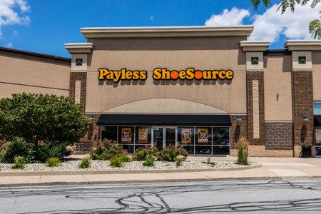 Kokomo - Circa juni 2017: Locatie Payless ShoeSource Retail Strip Mall. Payless ShoeSource verkoopt schoenen met korting en is privé gehouden door Blum Capital II Redactioneel