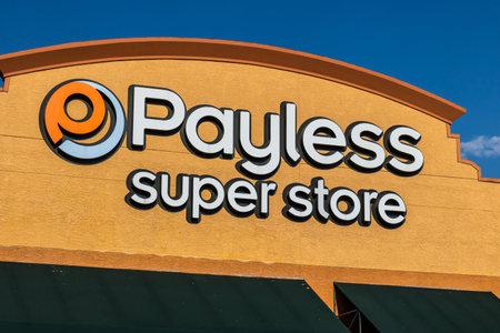 Las Vegas - Circa juli 2017: Payless ShoeSource Retail Strip Mall Locatie. Payless ShoeSource verkoopt schoenen met korting en is privé gehouden door Blum Capital III Redactioneel