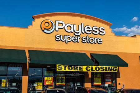 Las Vegas - Circa juli 2017: Payless ShoeSource Retail Strip Mall Locatie. Payless ShoeSource verkoopt schoenen met korting en is privé gehouden door Blum Capital IV Redactioneel