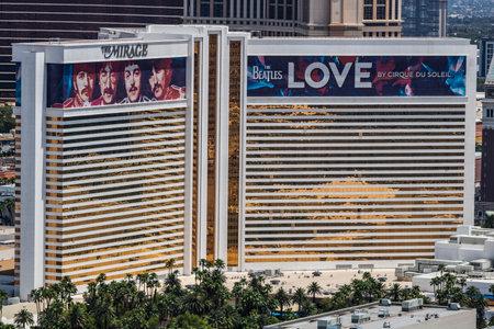 라스베가스 -3117 년경 : 미 라 지 호텔 카지노의 공중보기 신기루는 비틀즈의 고향입니다. LOVE Cirque du Soleil I 에디토리얼