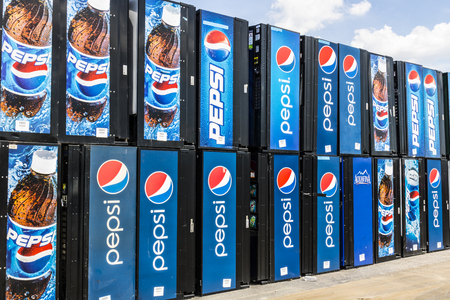cola canette: Ft. Wayne - Circa August 2017: Pepsi and PepsiCo Vending Machines Awaiting Repair. Pepsi is one of the largest beverage producers in the world VI