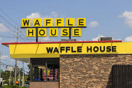 Indianapolis - Circa August 2017: Exterior and Logo of Iconic Southern Restaurant Chain Waffle House. Waffle House was founded in 1955 II 報道画像