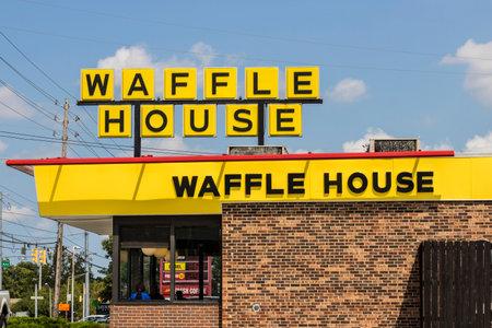 インディ アナポリス - 2017 年 8 月頃: 外観と象徴的な南レストラン チェーン ワッフルハウスのロゴ。ワッフルの家は年に設立されました 1955 II