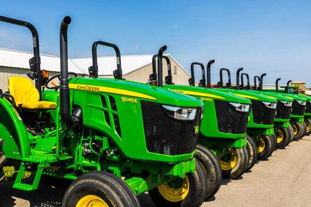 John Deere のディーラーでインディ アナポリス - 2017 年 8 月頃: 5045E トラクター。Deere 社製造農業・建設・林業機械 報道画像