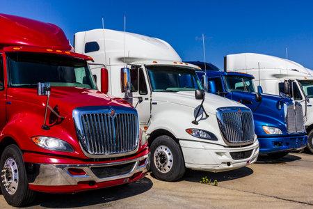 インディ アナポリス - 2017 年 9 月頃: カラフルな赤、白、青半トラクター トレーラー トラック並んで販売 XVIII 報道画像