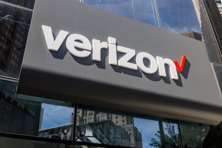 Chicago - Circa May 2018: Verizon Wireless Retail Location. Verizon delivers wireless, high-capacity fiber optics and 5G communications VI Stock Photo - 102290960