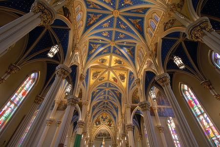 Notre Dame - ca. August 2018: Blaues Kirchenschiff und Flying Strebepfeiler der Basilika des Heiligen Herzens an der Universität Notre Dame I