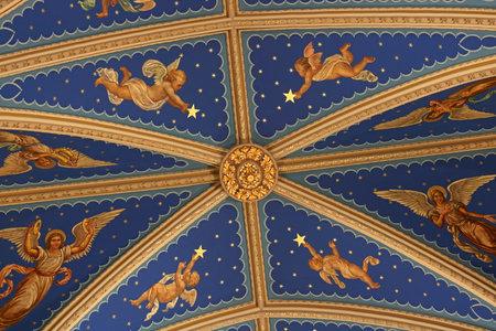 Notre Dame - ca. August 2018: Blaues Kirchenschiff und Flying Strebepfeiler der Basilika des Heiligen Herzens an der Universität Notre Dame II Editorial